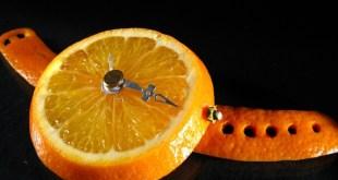 Orange die als Armbanduhr geformt ist
