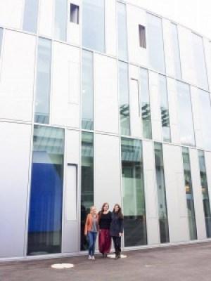 """""""Caro, Jacquline und Nina vor dem Gebäude der HdM – Alle drei sehen in Social Media ihre berufliche Zukunft."""""""