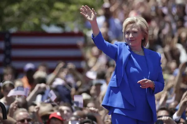 """U.S. Democratic presidential candidate Hillary Clinton waves before she delivers her """"official launch speech"""" at a campaign kick off rally in Franklin D. Roosevelt Four Freedoms Park on Roosevelt Island in New York City, June 13, 2015.  REUTERS/Brendan McDermid  - RTX1GCOG"""