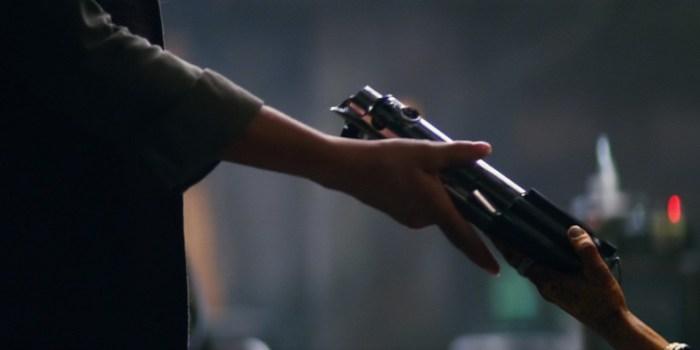 Star-Wars-7-Maz-handing-lightsaber