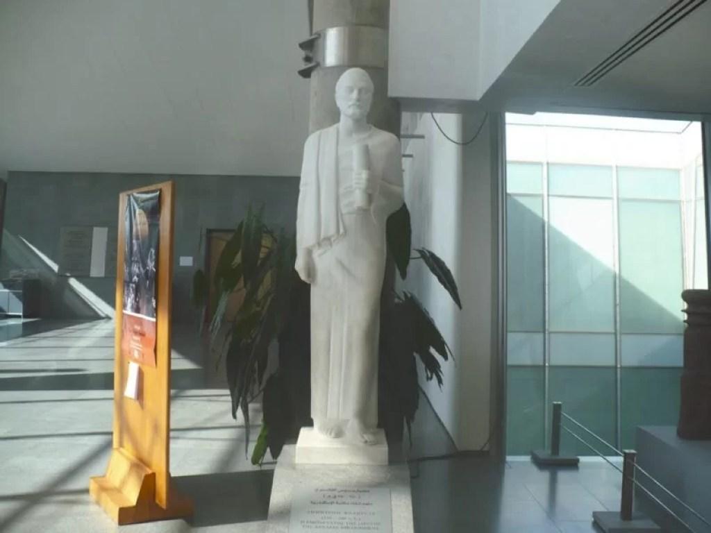 Estátua de Demétrio na entrada da Biblioteca Alexandrina.