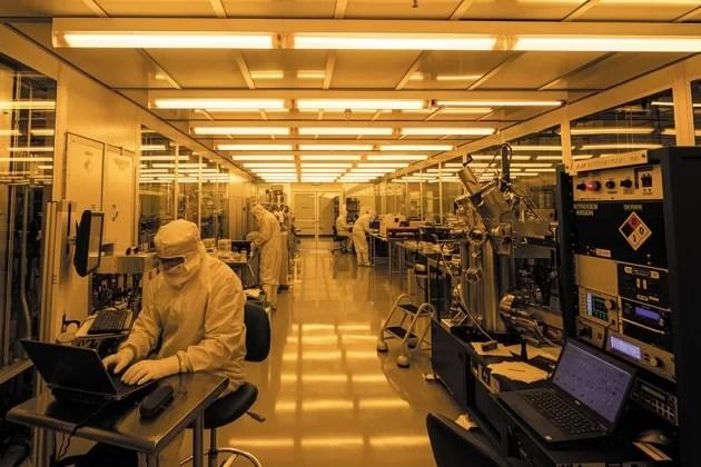 Dentro da sala limpa da fábrica Fab-1 da Rigetti Computing em Fremont, Califórnia. Crédito: Rigetti Computing.