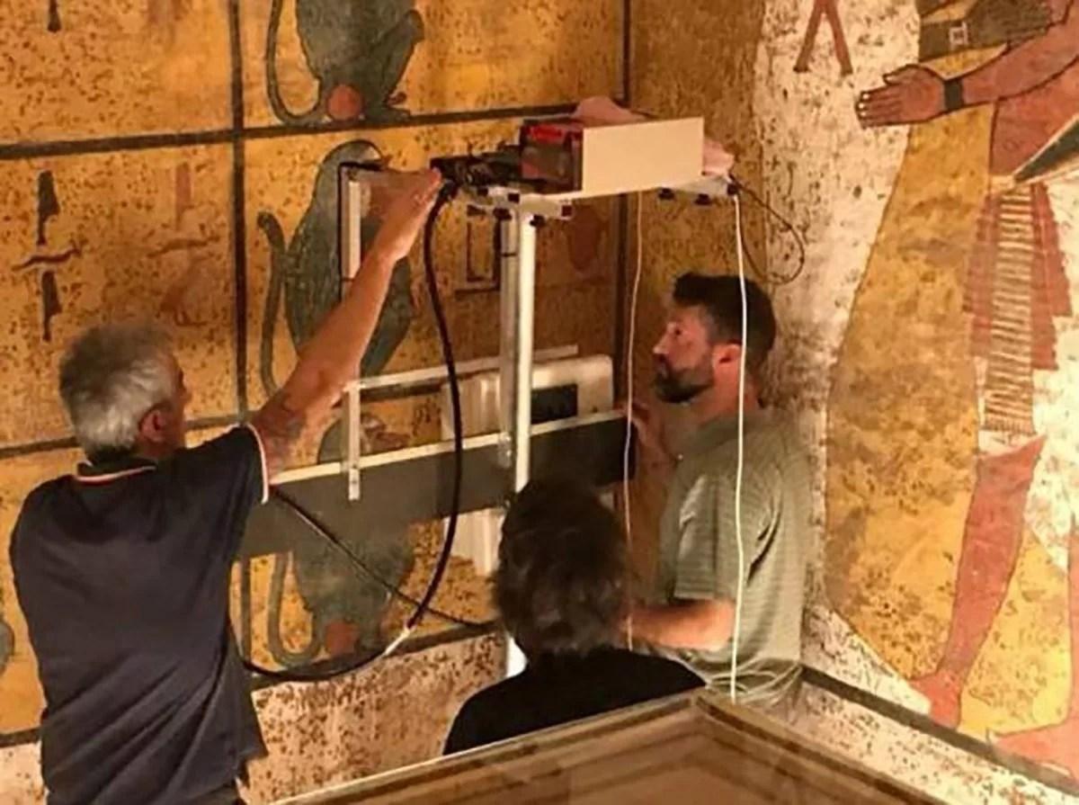 Pesquisadores escaneando as paredes da câmara funerária do rei Tutankhamon usando equipamentos de radar de penetração no solo (GPR). (Ministério de Antiguidades)
