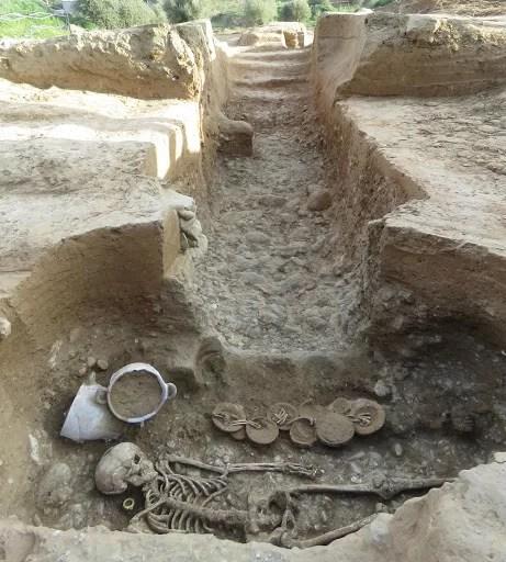 Vista do túmulo raro as escadas e o corredor do hipogeu. (Imagem: Roland Haurillon, Inrap )