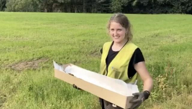Arqueóloga segurando espada