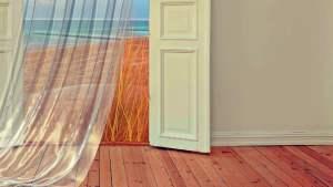 unebener Holzboden mit Sockelleiste neben der Tür