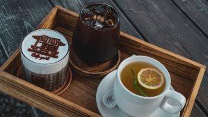 Holztablett mit Kaffee und Tee