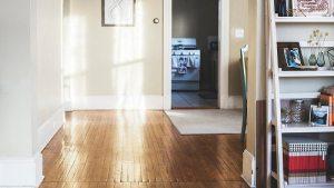 Fußboden mit hohen weißen Sockelleisten