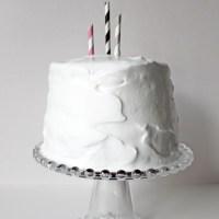 En mycket enkelt dekorerad tårta