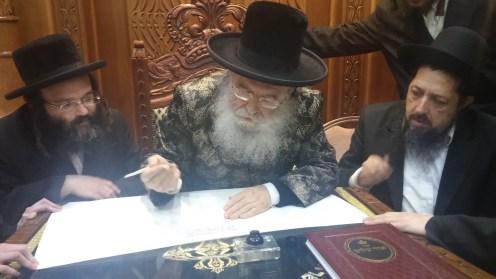 כבוד קדושת מרן האדמור ממישקולץ שליטא כותב אות בספר התורה