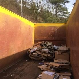 Das Innere des Altkarton-Containers