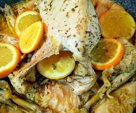 Κοτόπουλο στην γάστρα, με κυδώνια και πορτοκάλι.