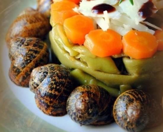 Σαλάτα με φρέσκα φασολάκια , σαλιγκάρια μπουρμπουριστά και παρμεζάνα.