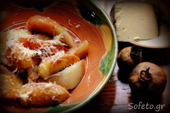 Πατάτες στην χόβολη με αρωματικά , πετιμέζι ροδιού και κρασοτύρι Πάρου.
