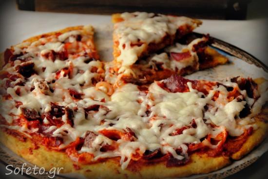 Πίτσα με βάση από φάβα Σαντορίνης , κρεμμύδια , παστουρμά , σουτζούκι και γραβιέρα Κρήτης.