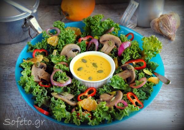 Θρεπτική σαλάτα με λαχανίδα (Kale) , μανιτάρια και μια σάλτσα έκπληξη!