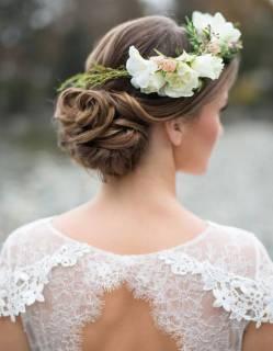 Coiffure-mariee-avec-couronne-de-fleurs