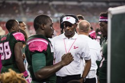 72 - UConn vs USF 2016 - USF Coach Willie Taggart speaking to QB Quinton Flowers RB Marlon Mack (6016x4016)