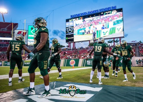 116 - Elon vs. USF 2018 - USF DB Ronnie Hoggins Terrence Horne Vincent Jackson on sideline by Dennis Akers | SoFloBulls.com (5072x3623)