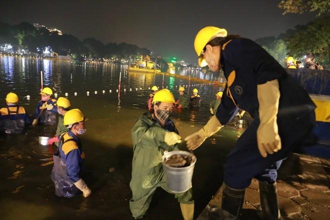 200 công nhân nạo vét, làm sạch Hồ Gươm xuyên đêm - Ảnh 6.