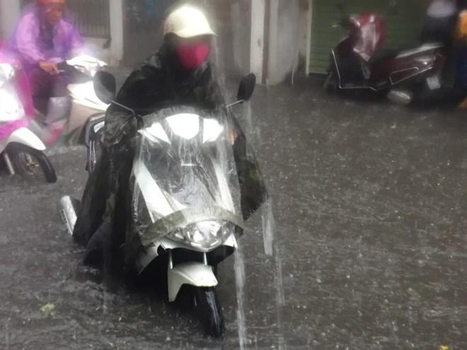 Hà Nội: Mưa lớn ảnh hưởng bão số 2, nhiều tuyến đường biến thành sông - Ảnh 17.