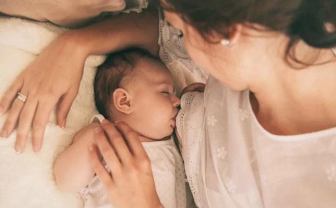 Kết quả hình ảnh cho bé lớn vẫn bú mẹ