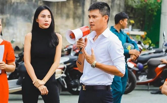 """Cùng Thủy Tiên trao tiền tỷ cho công nhân, Công Vinh """"phát hiện"""" sự tương  phản"""