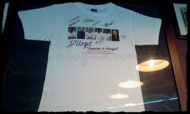 D'Lloyd tandatangan T-shirt