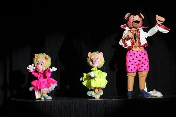 Watak puppets sedang menyanyi