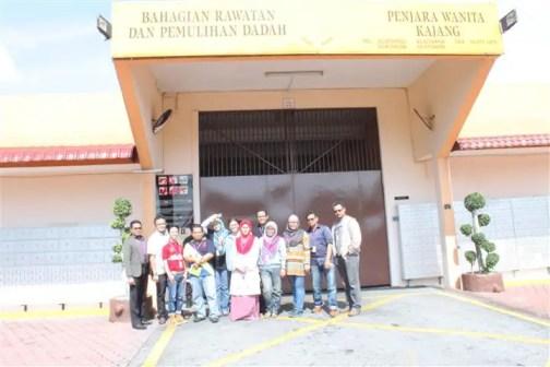 bloggers bergambar di hadapan pintu masuk penjara Pemulihan Dadah dan Penjara Wanita