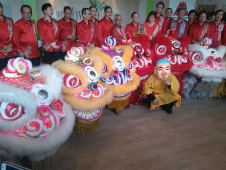 penari tarian singa dengan pihak pengurusan tertinggi mah sing