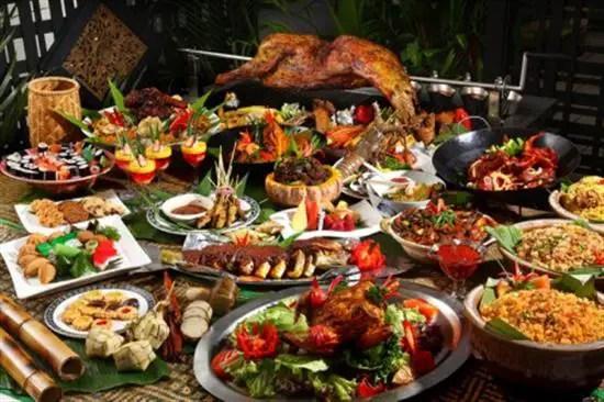 Buffet Ramdhan mewah dengan makanan