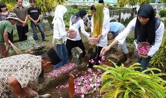 tabur bunga di kubur