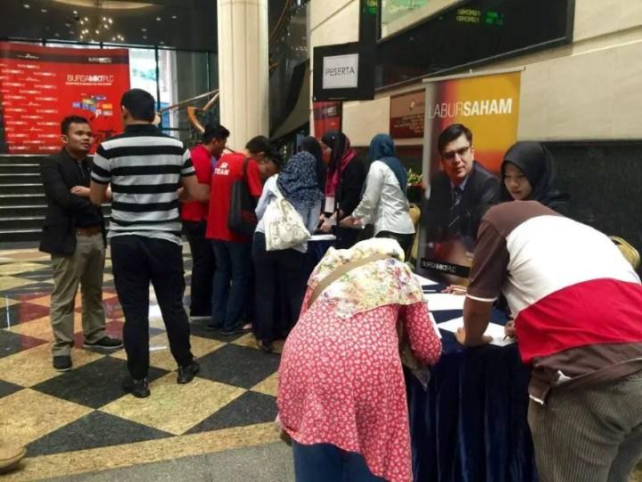 para peserta sedang mendaftar di seminar labur saham Tuan Haji Mohd Asri Ahmad