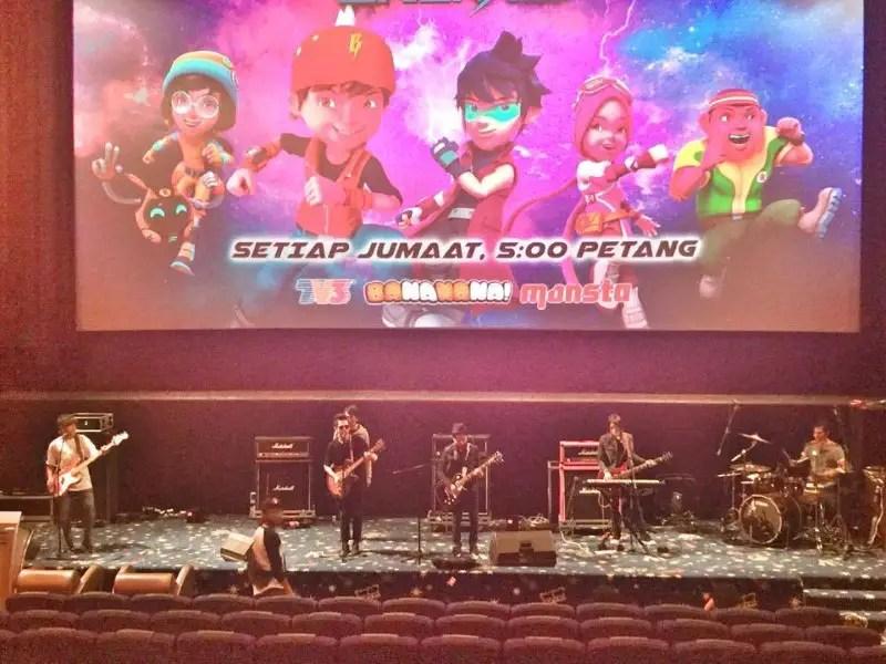 Bunkface menyanyikan lagu Tema BoboiBoy Galaxy sebelum tayangan pra-tonton