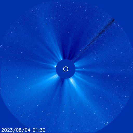 Hier laadt altijd de laatste afbeelding die NASA van SOHO heeft vrijgegeven. Meestal is deze slechts enkele uren oud. De tijd onderin beeld is Universal Time, voor de Nederlandse tijd dient u daar een uurtje bij op te tellen. Afbeelding: NASA.