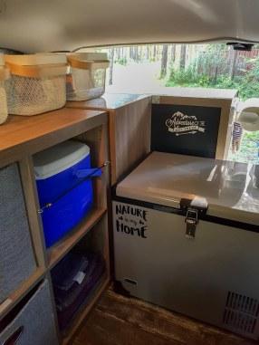 Rangement et frigo électrique dans le van