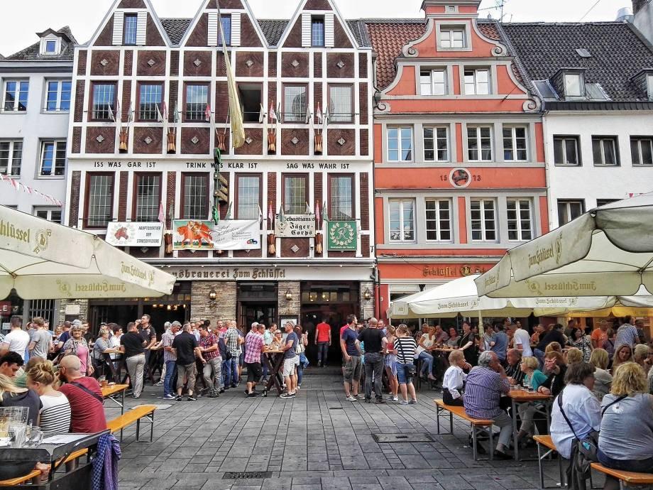 altstadt-dusseldorf-longest-bar-in-the-world1