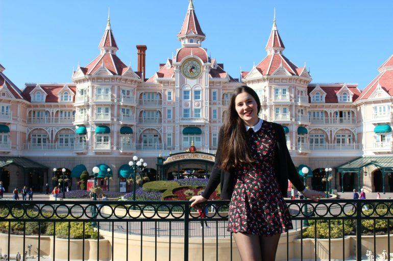 Devant le bel Hôtel Disneyland