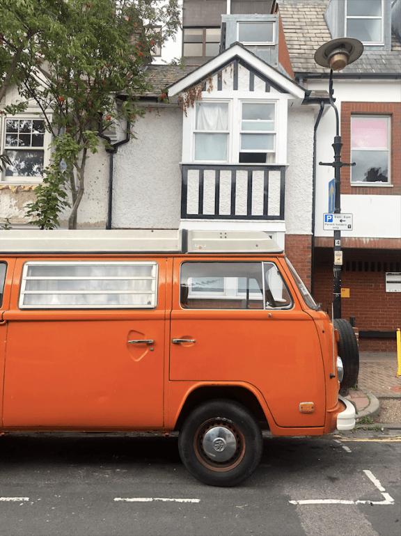 Van orange dans les rues de Brighton