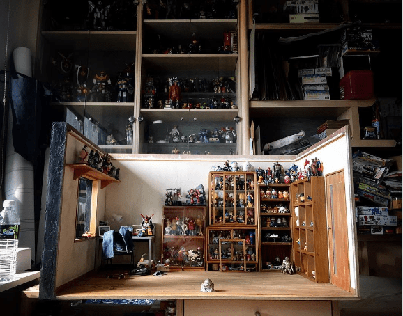 Figure Roomception: Collector builds A figure room inside a figure room