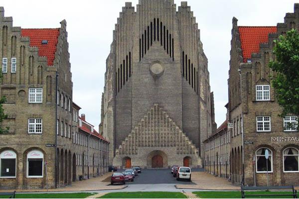Лютеранскую церковь Дании закон заставит венчать геев