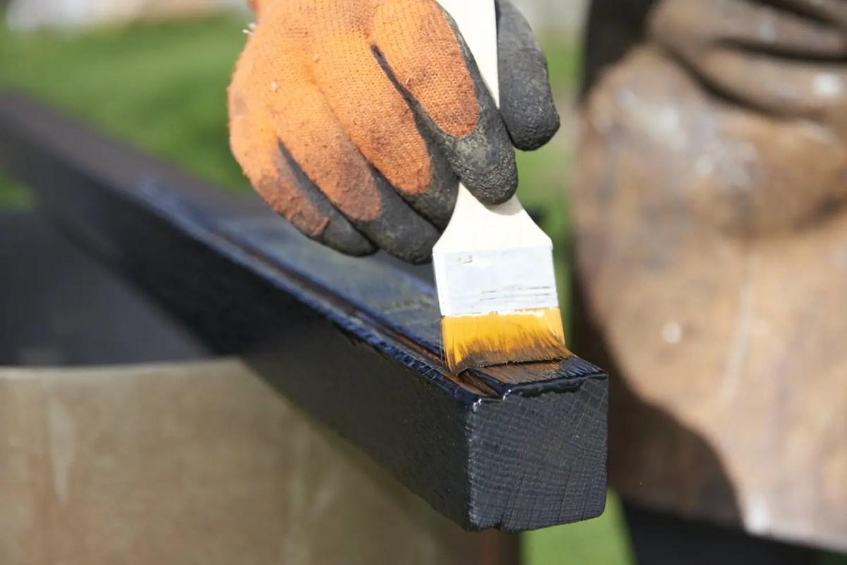 Application au pinceau d'huile de Tung pure sur bois brûlé type Yakisugi ou Shou Sugi Ban
