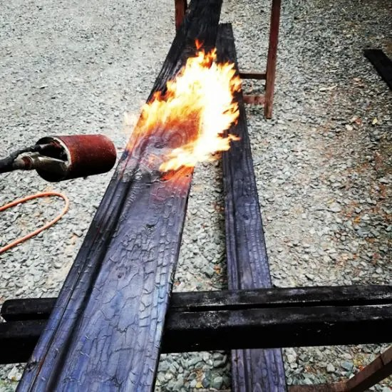 brûlage au chalumeau d'un clin de Douglas Shou Sugi Ban