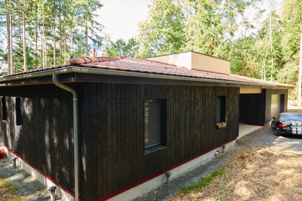 Angle Nord est de notre maison en bois brûlé shou sugi ban (yakisugi)