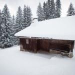 Grange de montagne sous la neige