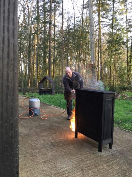 Brûlage au chalumeau pour relooker un meuble rustique en bois