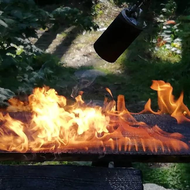 Bois brûlé à la torche avant d'être huilé avec l'huile pure Tung