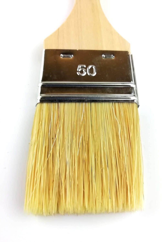 pinceau 50mm soies naturelles manche en peuplier brut vue de près