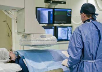 Muerte, stroke y hospitalizaciones a la espera del TAVI